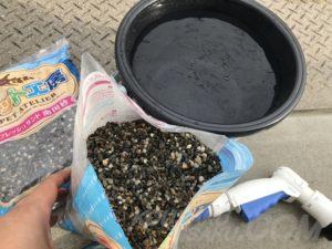 バケツで砂を洗浄