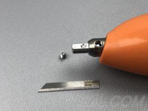 刃固定具をホーンに入れる